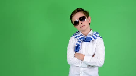 детеныш : young handsome child boy posing with sunglasses - green screen - studio Стоковые видеозаписи
