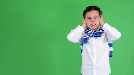 kulaklar : young handsome child boy covers his ears - green screen - studio