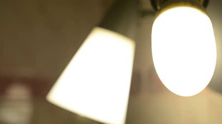 comutar : switch on the light bulb