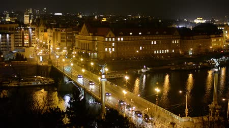 Прага : night city - bridge and river - urban street with cars - buildings - lights Стоковые видеозаписи