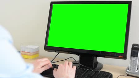 masaüstü : man works on desktop computer in the office - green screen - closeup Stok Video