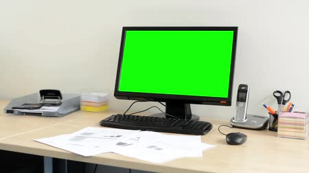 komputer stacjonarny : desktop computer in the office - green screen - nobody (empty)