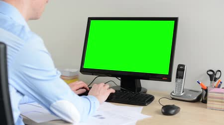 masaüstü : man works on desktop computer in the office - green screen