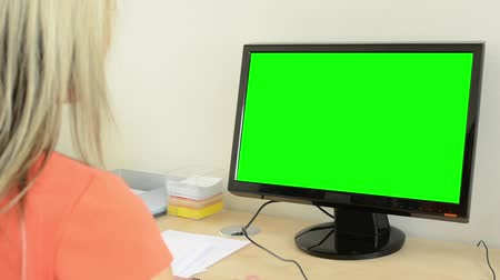 monitor de computador : young attractive woman working on the desktop computer in the office - green screen - closeup Stock Footage