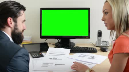 falar : woman and man talk about document in the office - desktop computer green screen