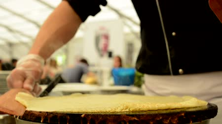 krep : chef prepares a pancake  both warming surface Dostupné videozáznamy