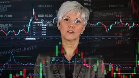 vizyon : business middle aged woman talks to camera interview  financial market exchange  graph Stok Video