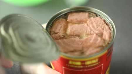 голодный : Woman opens a can of dog food Стоковые видеозаписи