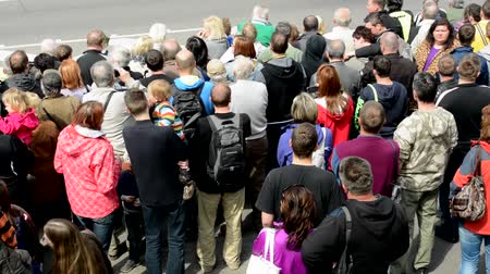 olhares : PRAGUE CZECH REPUBLIC  MAY 2 2015: people watch performance on the street  view from above Vídeos