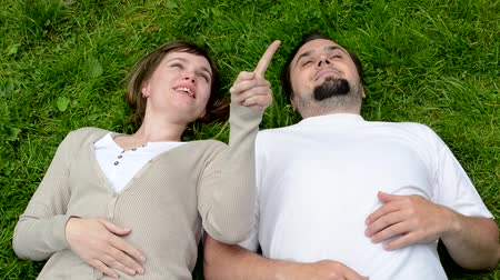orta : middle aged couple in love lying in grass and talk Stok Video