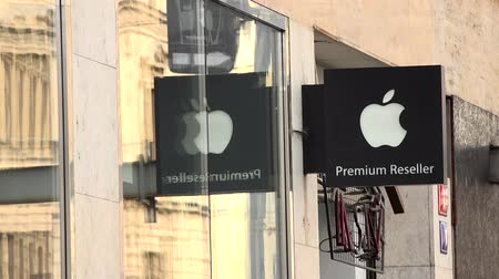 marca : PRAGUE, CZECH REPUBLIC - MAY 30, 2015: urban street with people walking - detail of the Apple brand on the building Stock Footage