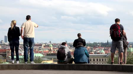 olhares : PRAGUE, CZECH REPUBLIC - MAY 30, 2015: Tourists look at the city - panorama - people take pictures of the city