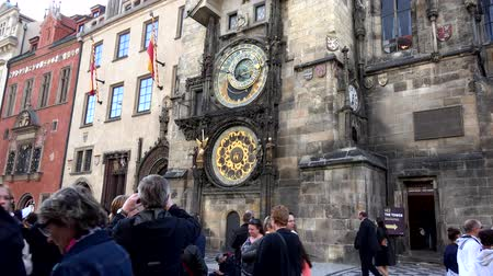 Прага : PRAGUE, CZECH REPUBLIC - MAY 30, 2015: The Old Town Hall - Prague Astronomical Clock - walking people - Travelers look at historic building Стоковые видеозаписи