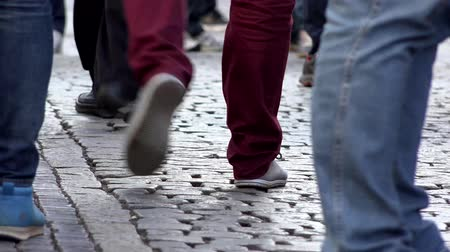 parke taşı : PRAGUE, CZECH REPUBLIC - MAY 30, 2015: people walking - urban street - closeup legs