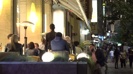 restoran : PRAGUE, CZECH REPUBLIC - MAY 30, 2015: Night restaurant in the city - Outdoor seating - people sitting - urban street with people walking