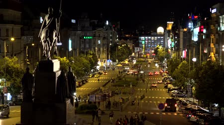 çek cumhuriyeti : PRAGUE, CZECH REPUBLIC - MAY 30, 2015: night Wenceslas Square with people and passing cars - buildings and lights
