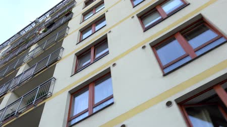 аренда : high rise block of flats - windows - view from below - steadicam - closeup Стоковые видеозаписи