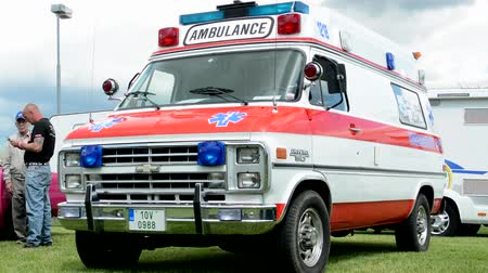 karetka : PRAGUE, CZECH REPUBLIC - JUNE 20, 2015: car van - old vintage American Ambulance - exhibition Wideo