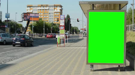 автобус : CZECH REPUBLIC, PRAGUE - JULY 4, 2015: The green screen billboard on the bus stop in the city - cars pass around Стоковые видеозаписи