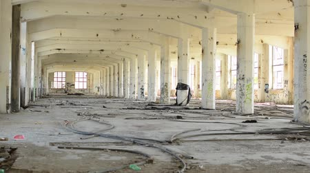 vacant : CZECH REPUBLIC, PRAGUE - JULY 10, 2015: light spacious room with many columns and lead wires on the floor Stock Footage