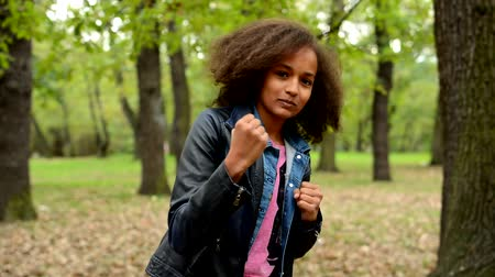 кулак : young beautiful lively african girl boxing in the park - eye contact Стоковые видеозаписи
