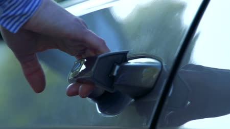 получать : Slowmotion detail of handle of car and woman who gets in