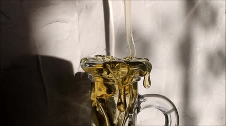 drizzler : honey poured into the bottle