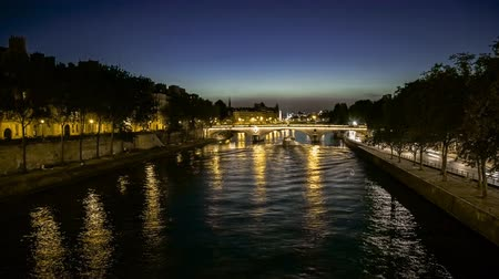 perçin : Time lapse of a beautiful romantic view of the river Seine with trees and light reflections in Paris France Stok Video