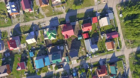 çatı : Panoramic Aerial view over on residential houses in the countryside, yards and suburban communities in residential neighborhoods Stok Video