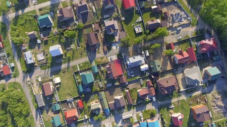 Panoramic Aerial view over on residential houses in the countryside, yards and suburban communities in residential neighborhoods Vídeos