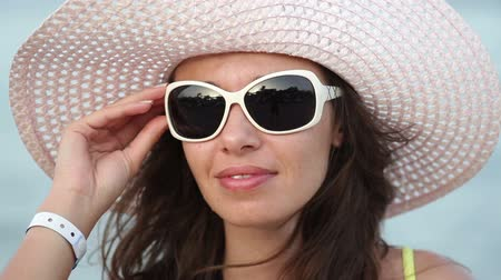 dişlek : beautiful woman in sunglasses and big hat enjoying on sea