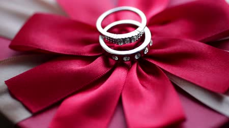 предъявитель : Wedding rings on a red bow
