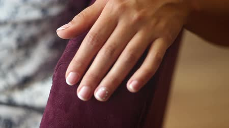 stal : bruiden hand met manicure close-up