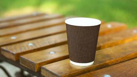 çay fincanı : cup of latte on a bench in a summer park