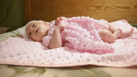 cobertor : Happy baby girl lying on pink blanket