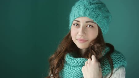 шляпа : beautiful young woman in a turquoise knitted hat and scarf