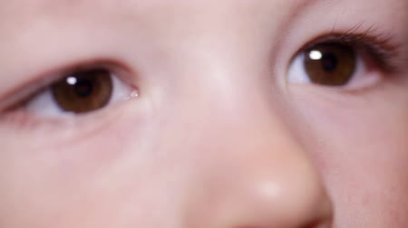 olhos castanhos : dark brown eye of a little child close-up Stock Footage