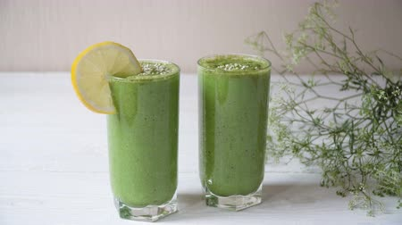 jarmuż : Blended green smoothie with ingredients or cocktail on white background, breakfast vegan with a place for your text, concept of raw food detox