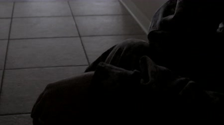 veterano : Closeup of soldiers hands while he sits in hallway, 4K