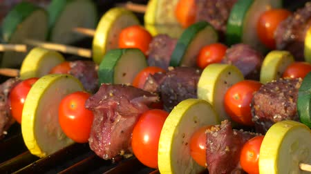 Person Rotating Kabobs auf Grill, 4K
