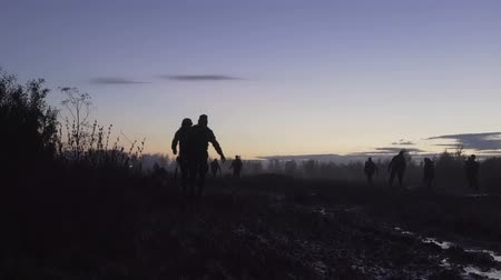 infantaria : Soldiers are on the muddy field at sunset. Military night.