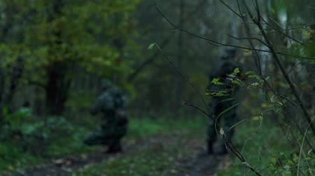 obránce : military in the forest perform a task