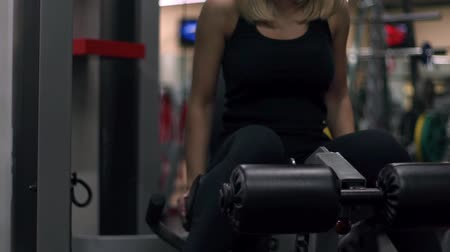 capacidade : Blonde girl training at the gym. Woman engaged in fitness