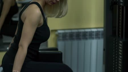 quadriceps : Blonde girl training at the gym. Woman engaged in fitness