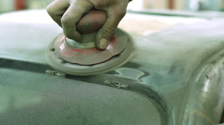 arranhão : Master polishes the car body before painting