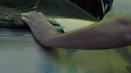 шпатель : Master polishes the car body before painting