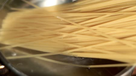 almôndega : Spaghetti is boiled in salted water. Brew pasta. Cook food. Preparation food