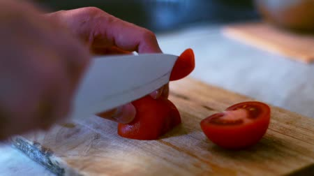 klín : Male hands cut tomato on wooden board. Preparation vegetable salad Dostupné videozáznamy