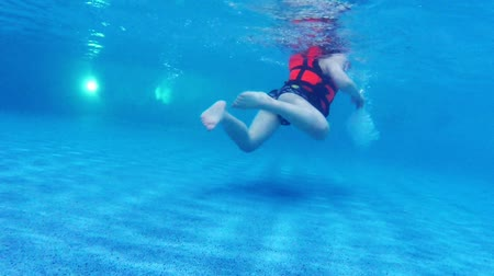 preserver : Children swims in pool under water slow motion Stock Footage