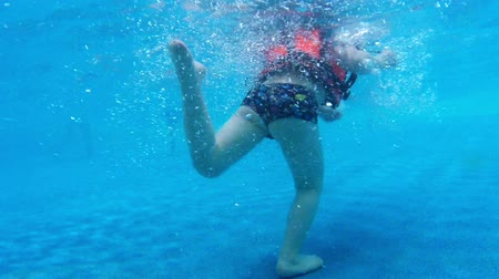 preserver : Children in swimming pool under water slow motion Stock Footage
